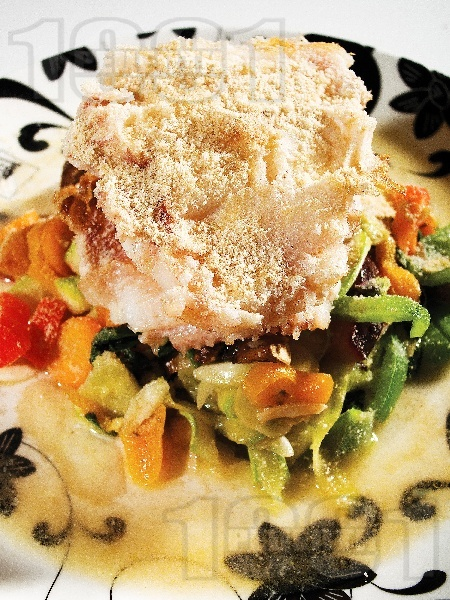 Пържено филе от пъстърва в брашно със задушени зеленчуци - тиквички, моркови, чушки и патладжани на тиган - снимка на рецептата